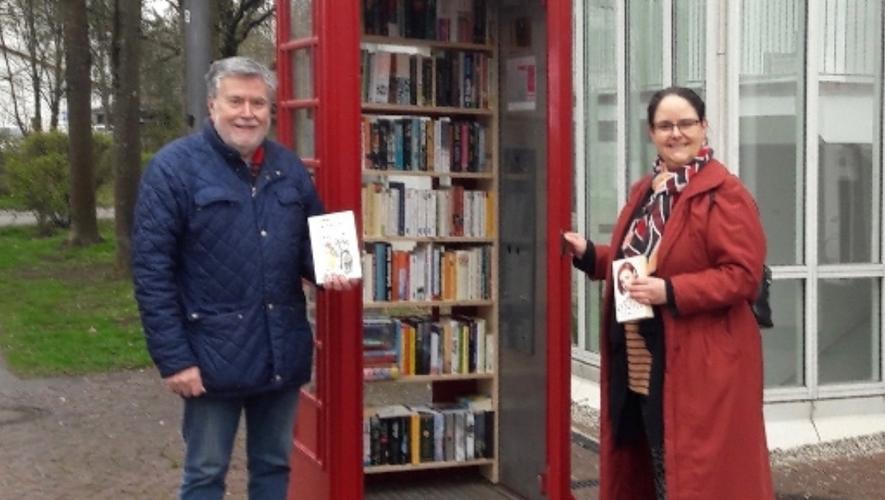 Une boîte-à-livres dans une cabine téléphonique !